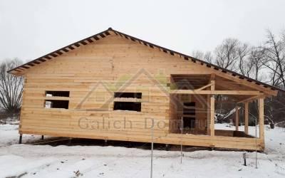 одноэтажный дом из бруса с открытой террасой