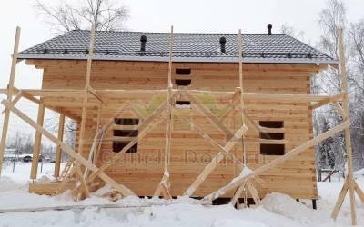 Дом из бруса с террасой и балконом